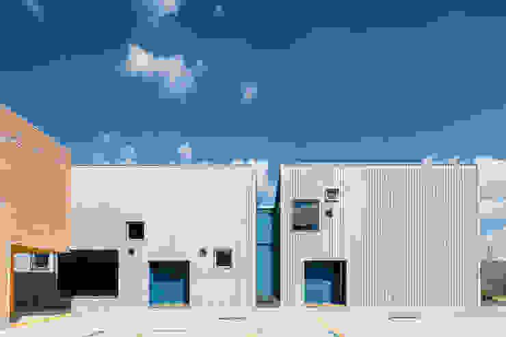 Taleny School Puertas y ventanas modernas de ARO estudio Moderno