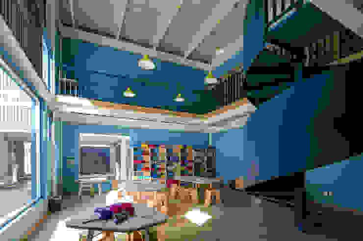 Estudios y despachos de estilo moderno de ARO estudio Moderno