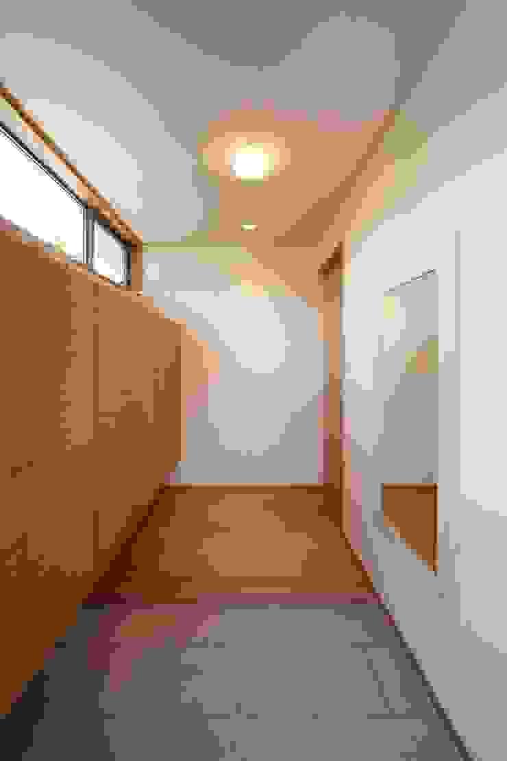 stage Y's 一級建築士事務所 Modern corridor, hallway & stairs Wood White