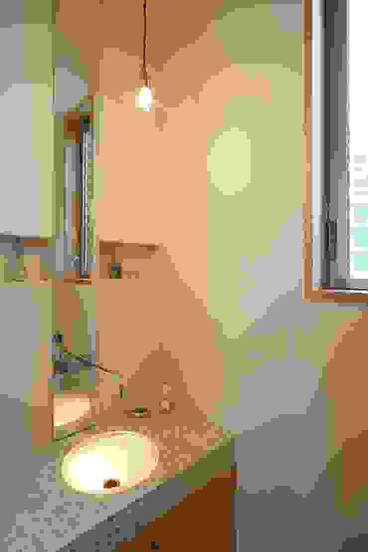 stage Y's 一級建築士事務所 Modern bathroom Glass White