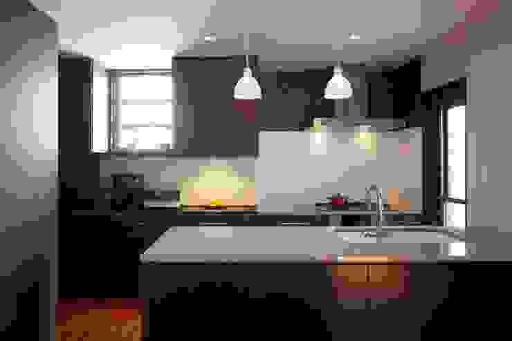 stage Y's 一級建築士事務所 Modern kitchen Wood Brown