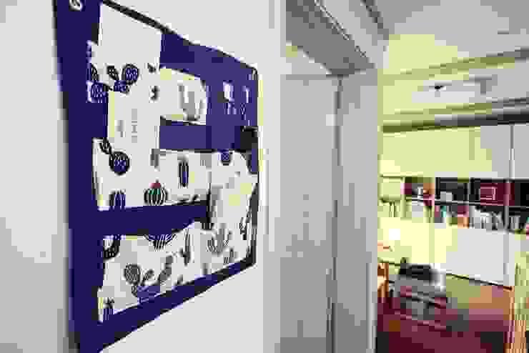 [홈라떼] 기존 가구 활용해 아늑한 집 꾸미기 미니멀리스트 복도, 현관 & 계단 by homelatte 미니멀