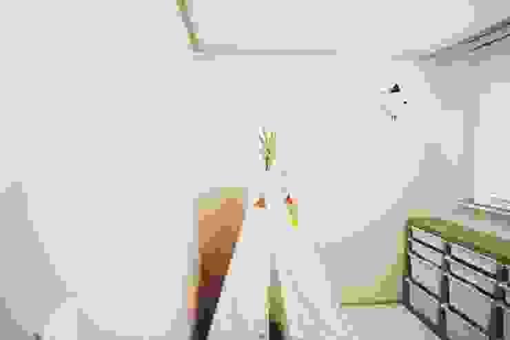 [홈라떼] 기존 가구 활용해 아늑한 집 꾸미기 - 아이방 미니멀리스트 아이방 by homelatte 미니멀