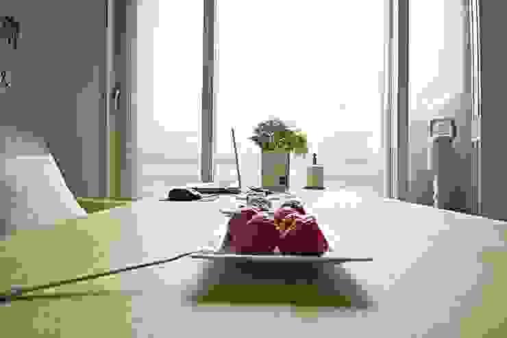 [홈라떼] 기존 가구 활용해 아늑한 집 꾸미기 미니멀리스트 거실 by homelatte 미니멀