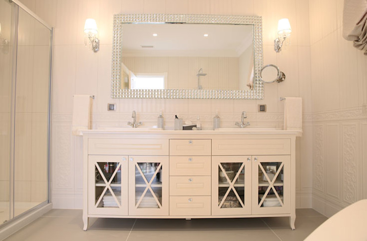 homify Modern bathroom White