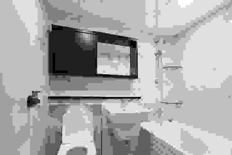 천연 나무 벽지와 대리석 욕실 리모델링, 부천 상동 34평 인테리어 지중해스타일 욕실 by 금화 인테리어 지중해 타일