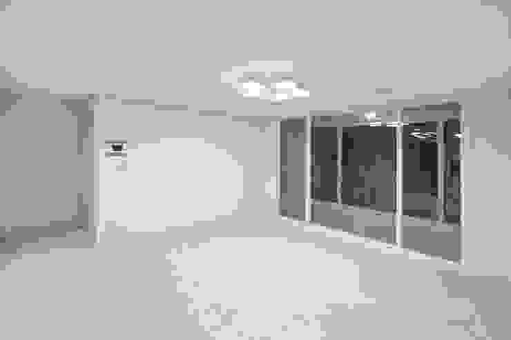 천연 나무 벽지와 대리석 욕실 리모델링, 부천 상동 34평 인테리어 미니멀리스트 거실 by 금화 인테리어 미니멀