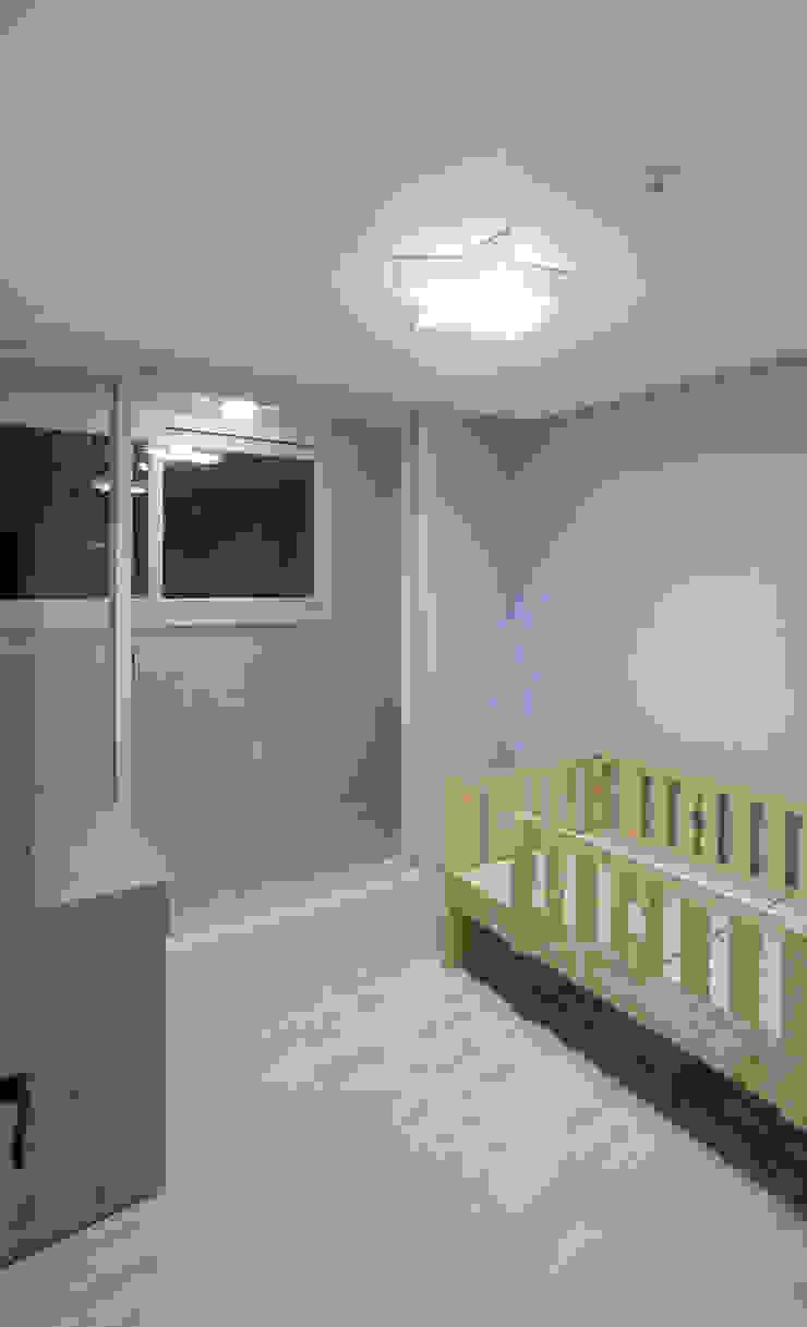 천연 나무 벽지와 대리석 욕실 리모델링, 부천 상동 34평 인테리어 지중해스타일 침실 by 금화 인테리어 지중해