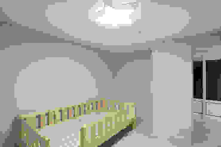 천연 나무 벽지와 대리석 욕실 리모델링, 부천 상동 34평 인테리어 지중해스타일 아이방 by 금화 인테리어 지중해