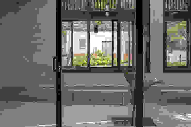 PATIOS INTERIOR Balcones y terrazas modernos de santiago castrillón hincapié Moderno