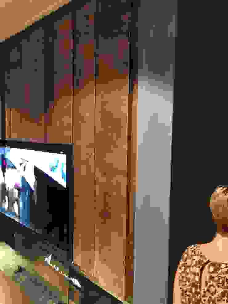 Haard/TV wand uitgevoerd in fraai tuigleder profielen: modern  door Cools Bekledingen bv, Modern Leer Grijs
