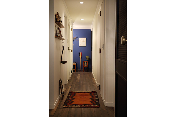 SWITCH&Co. Eclectic corridor, hallway & stairs