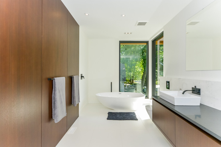 Rockcliffe Park:  Bathroom by Flynn Architect