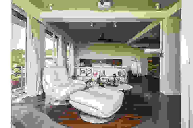 Living room by 鄭士傑室內設計,