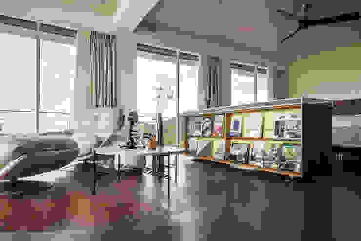 Living Room 现代客厅設計點子、靈感 & 圖片 根據 鄭士傑室內設計 現代風
