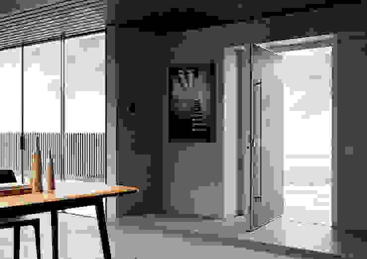 La porta blindata pivotante che coniuga sicurezza e design anche nelle grandi aperture. di Di.Bi. Moderno