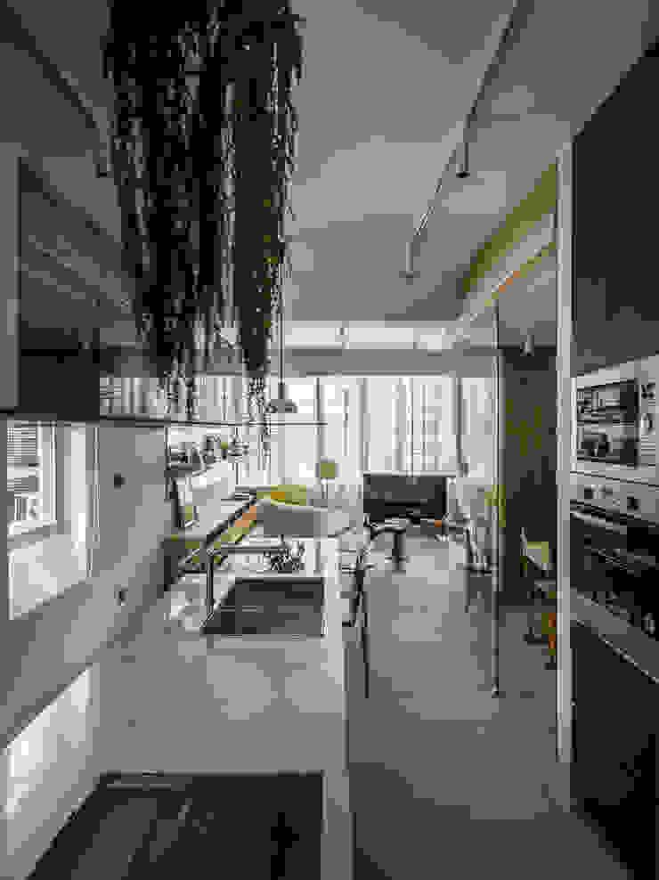 Kitchen + Living Room 現代廚房設計點子、靈感&圖片 根據 鄭士傑室內設計 現代風