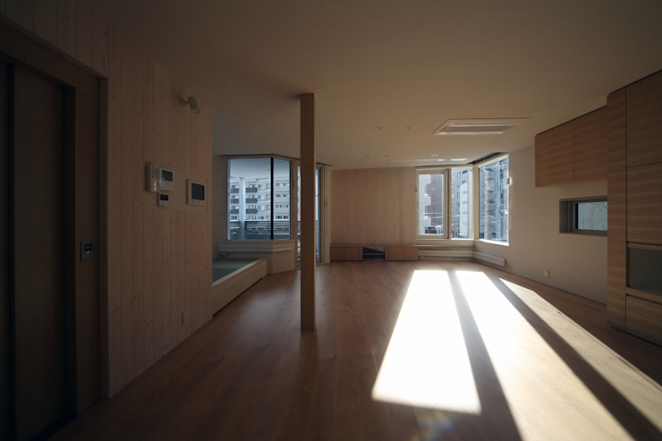 Salas de estar modernas por 富谷洋介建築設計 Moderno