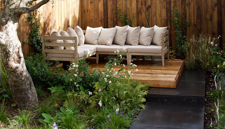 Western Red Cedar Deck with outdoor lounge furniture Tom Massey Landscape & Garden Design Giardino moderno