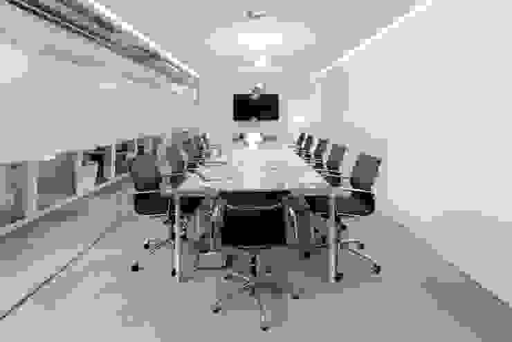 Espaces de bureaux minimalistes par GAVINHO Architecture & Interiors Minimaliste