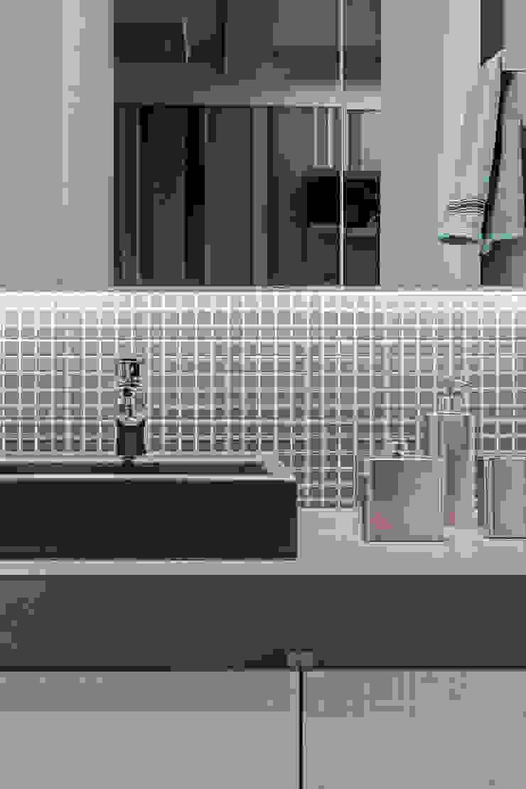Modern bathroom by TRÍADE ARQUITETURA Modern