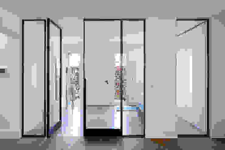 Коридор, прихожая и лестница в модерн стиле от Lioba Schneider Модерн