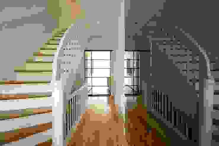 Pasillos, vestíbulos y escaleras de estilo clásico de Boldt Innenausbau GmbH - Tischlerei & Raumkonzepte Clásico