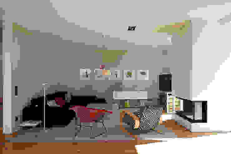 Moderne woonkamers van Lioba Schneider Modern