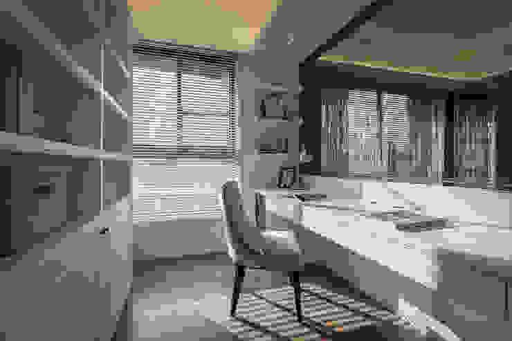 Ruang Studi/Kantor Klasik Oleh 你你空間設計 Klasik Kayu Buatan Transparent
