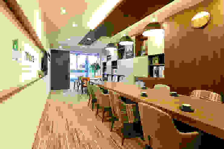 株式会社Juju INTERIOR DESIGNS Oficinas y Tiendas Acabado en madera
