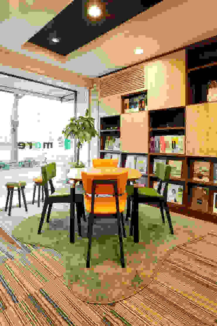 株式会社Juju INTERIOR DESIGNS Tiendas y espacios comerciales Madera Verde