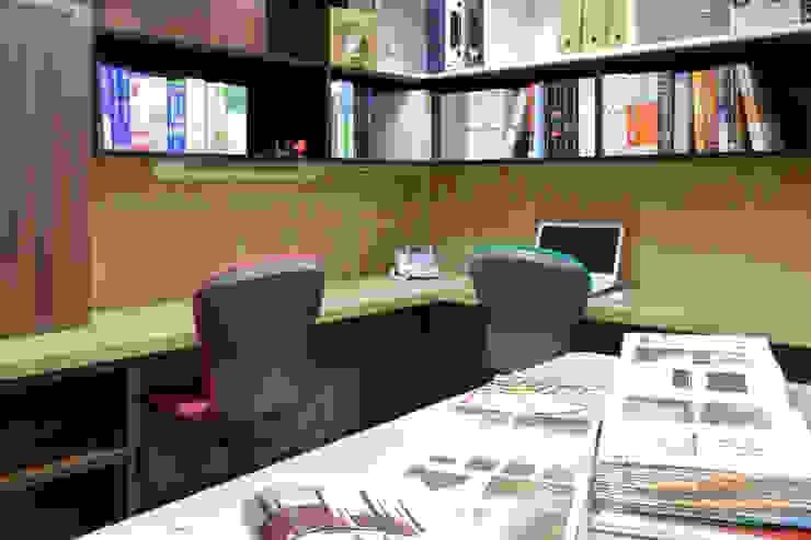 株式会社Juju INTERIOR DESIGNS Oficinas y Tiendas Aglomerado Negro
