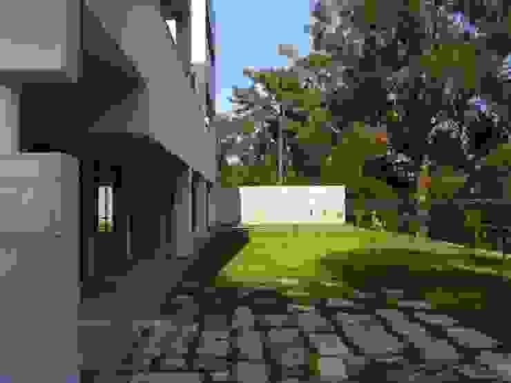 """Edifício """"AAJUDE – Associação de Apoio à Juventude Deficiente"""" Escolas modernas por Albertina Oliveira-Arquitetura Unipessoal Lda Moderno"""