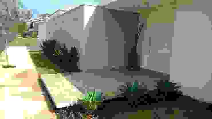 Jardines de estilo  de Eneida Lima Paisagismo, Tropical