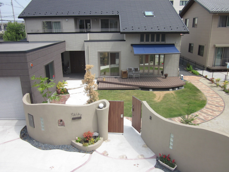 塗り壁に囲まれたセキュリティの高いおしゃれな庭 | エクステリア&ガーデンデザイン専門店 エクステリアモミの木 エクステリアモミの木 | エクステリア&ガーデンデザイン専門店 オリジナルな 家
