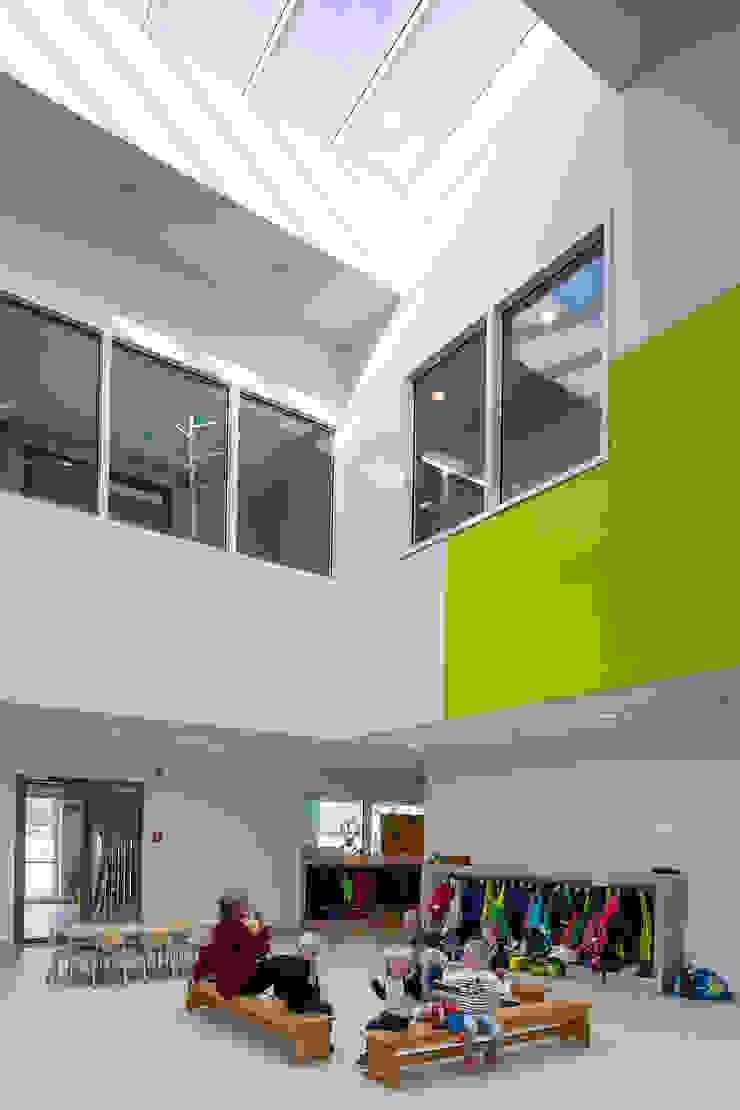 SCHOOL CAMPUS PEER, BELGIUM Moderne gangen, hallen & trappenhuizen van Bekkering Adams architecten Modern