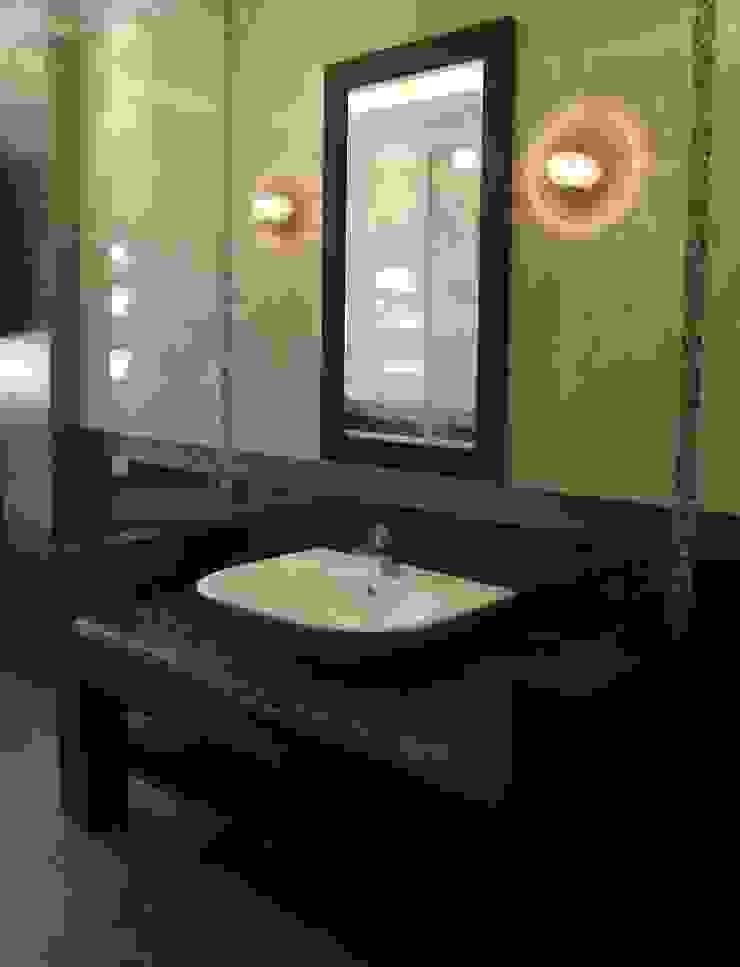 Baños de estilo moderno de القصر للدهانات والديكور Moderno
