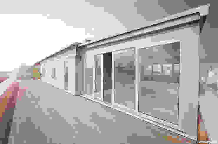 8° PIANO michele gambato architetto, mgark Balcone, Veranda & Terrazza in stile moderno