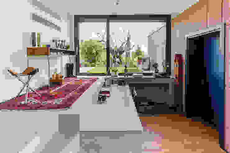 現代風玄關、走廊與階梯 根據 Moretti MORE 現代風