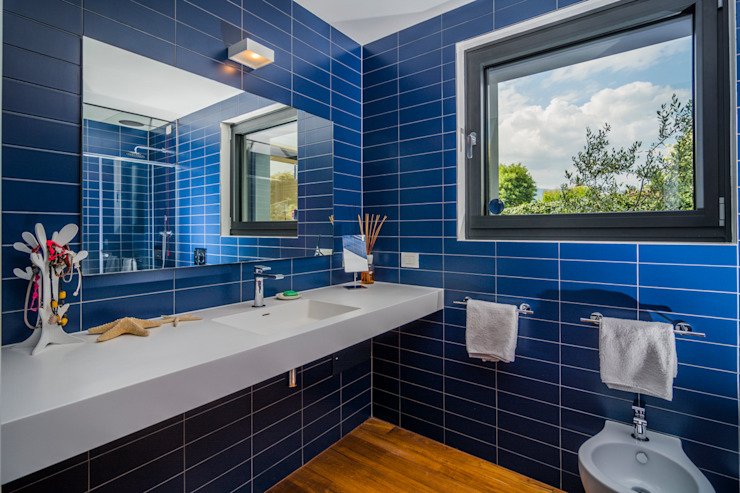 現代浴室設計點子、靈感&圖片 根據 Moretti MORE 現代風