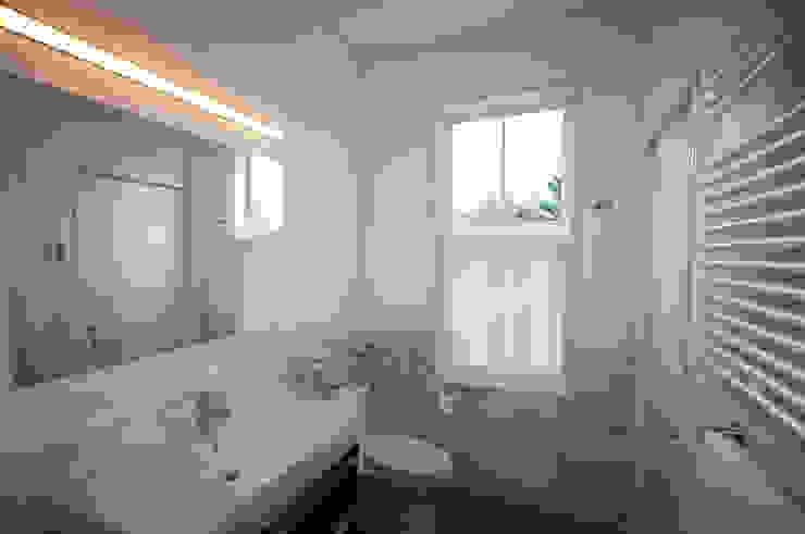 Phòng tắm phong cách hiện đại bởi SA-DA Architecture Hiện đại