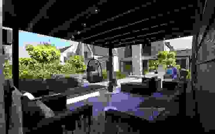 Lekkere veranda in de achtertuin Moderne tuinen van Stoop Tuinen Modern