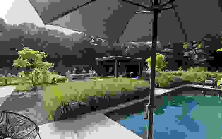 Achtertuin met zwembad Moderne tuinen van Stoop Tuinen Modern