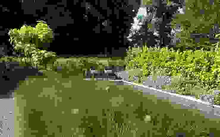 Zwembad mooi ingepast in de tuin Moderne tuinen van Stoop Tuinen Modern