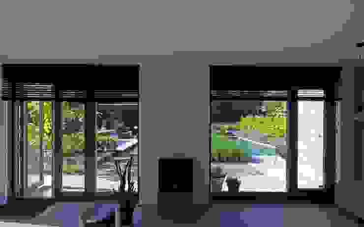 Een goede overgang van binnen naar buiten Moderne tuinen van Stoop Tuinen Modern