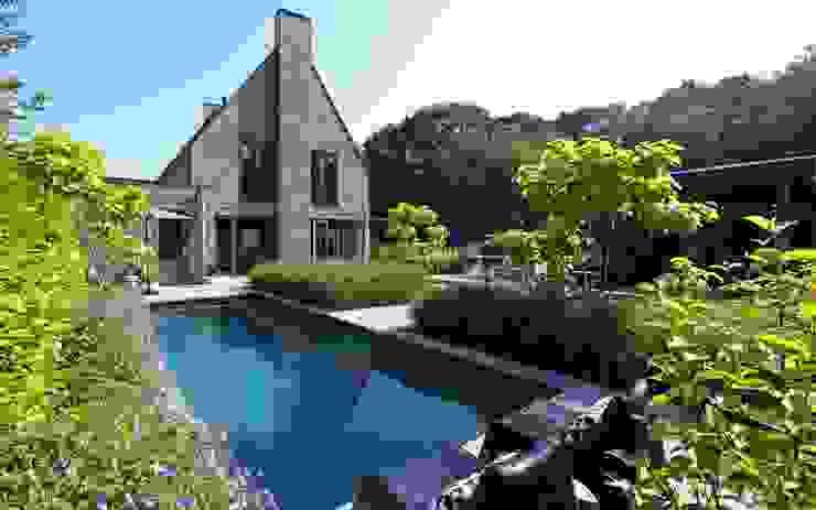 Zwembad in de tuin Moderne balkons, veranda's en terrassen van Stoop Tuinen Modern