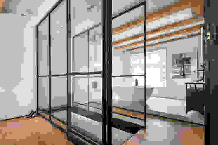 Een hemelbed in het paradijs Moderne gangen, hallen & trappenhuizen van Sigrid van Kleef & René van der Leest - Studio Ruim Modern Metaal