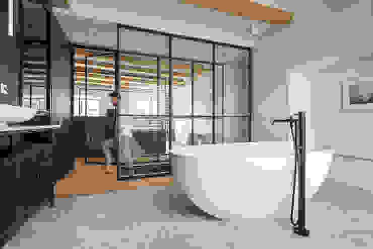Een hemelbed in het paradijs Moderne badkamers van Sigrid van Kleef & René van der Leest - Studio Ruim Modern Marmer