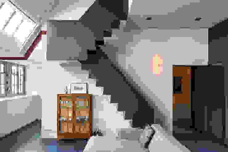 Wonen in een klaslokaal Moderne gangen, hallen & trappenhuizen van Studio RUIM Modern