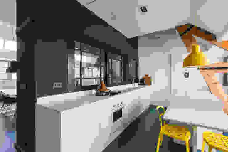 Wonen in een klaslokaal Moderne keukens van Studio RUIM Modern